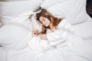 ¿Por qué no es bueno dormir con el pelo mojado? - HeelEspaña