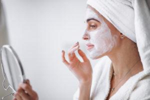 Cómo reparar la piel dañada por el sol - HeelEspaña