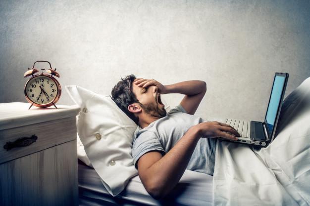 Síntomas de fatiga: ¿qué los provoca?: hombre cansado heelespana - HeelEspaña