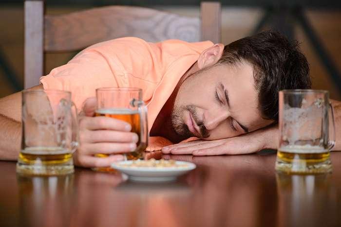 ¿Por qué cuesta tanto dormir del tirón tras beber alcohol? - HeelEspaña
