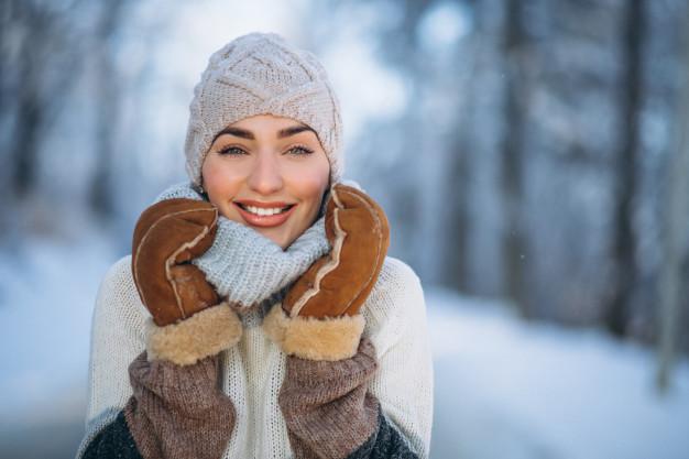 Cuidados de la piel en los días de frío: mujer abrigada invierno heelespana - HeelEspaña