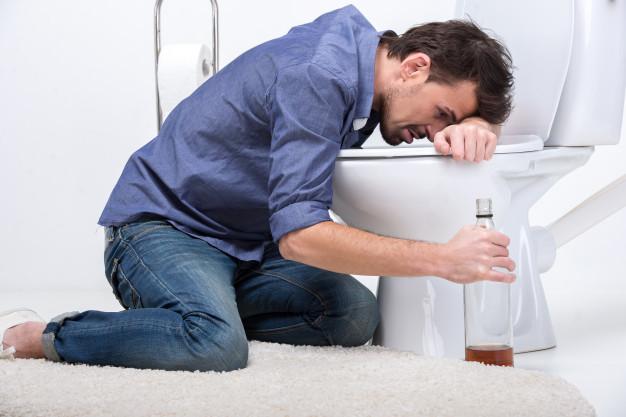Cuidado con mezclar alcohol y medicamentos: hombre borracho botella vino heelespana - HeelEspaña