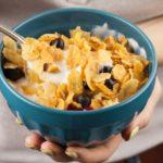9 alimentos que dan energía y vitalidad: mujer come cereales heelespana 150x150 - HeelEspaña