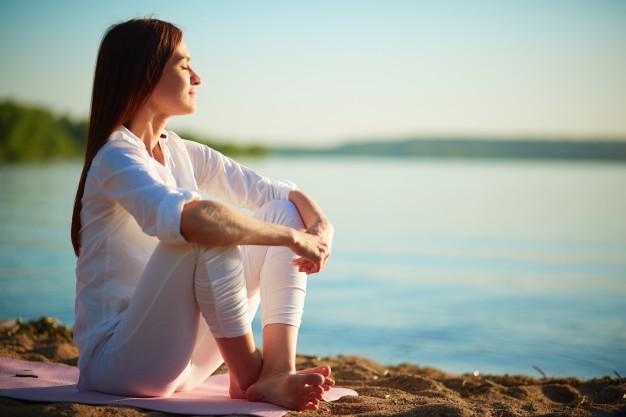 Dormir con ruido blanco, ¿puede ayudar a relajarte?: mujer relajada disfrutando mar - HeelEspaña