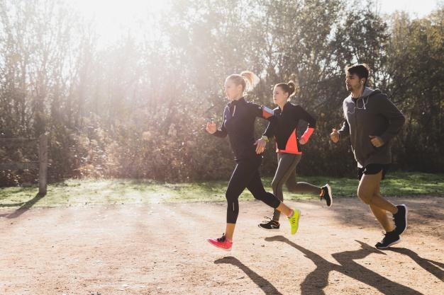 9 alimentos que dan energía y vitalidad: personas saludables corriendo heelespana - HeelEspaña