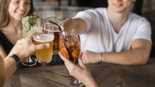 5 cosas que NO debes hacer antes de dormir: amigos bebiendo alcohol heelespana - HeelEspaña