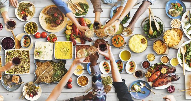 5 cosas que NO debes hacer antes de dormir: felicidad amigos disfrutando comer heelespana - HeelEspaña