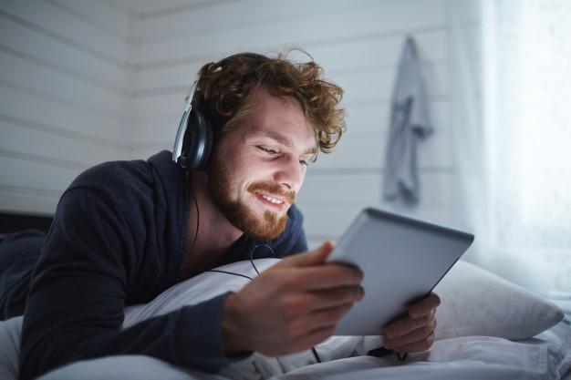 5 cosas que NO debes hacer antes de dormir: movil cama heelespana - HeelEspaña