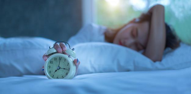 5 cosas que NO debes hacer antes de dormir: mujer joven duerme cama heelespana - HeelEspaña