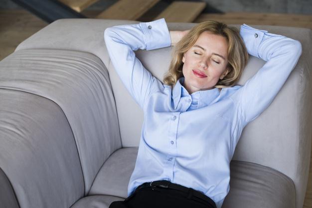 5 cosas que NO debes hacer antes de dormir: mujer negocios rubia duerme sofa heelespana - HeelEspaña