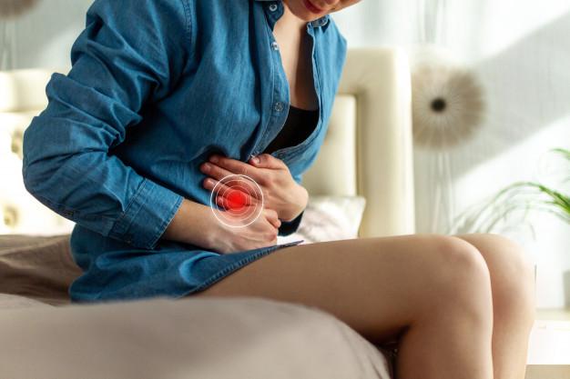 Pautas para mantener una flora vaginal sana: mujer que tiene dolor estomago doloroso mujer que sufre dolor abdominal 122732 898 - HeelEspaña