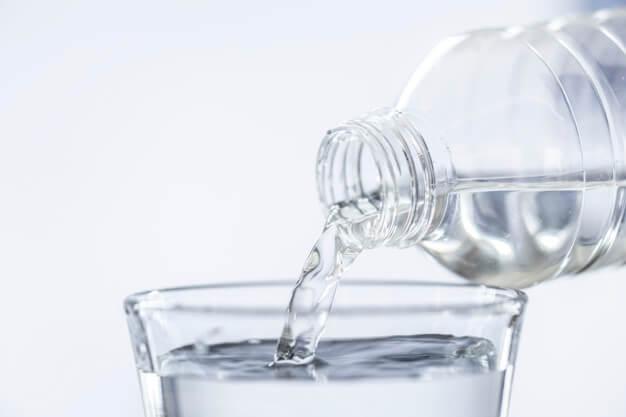 Qué comer cuando tienes diarrea: vaso agua - HeelEspaña