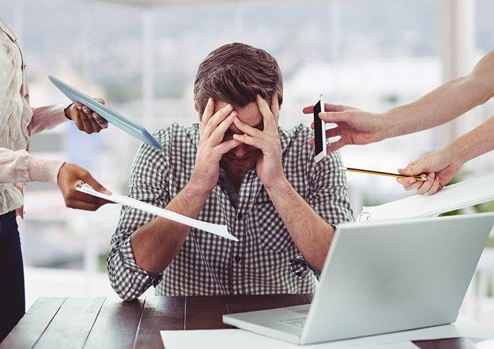 Evita el estrés en el trabajo para combatir la ansiedad en el estómago