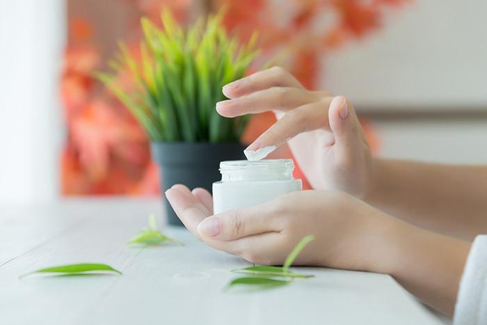 ¿Qué crema utilizar para reparar las manos secas?
