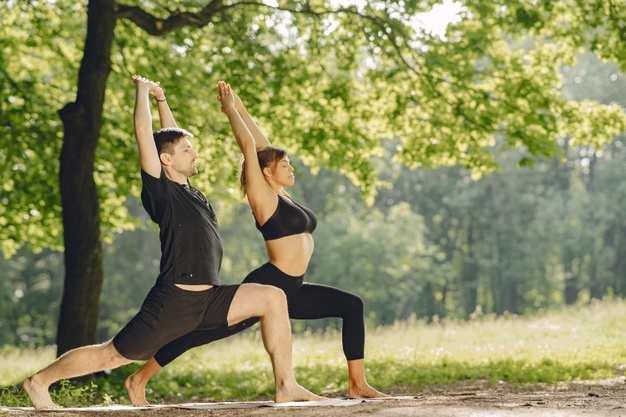 ¿Cómo aumentar tus defensas de forma natural?: joven pareja deportiva haciendo yoga - HeelEspaña