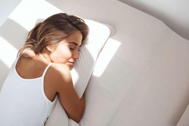 ¿Cómo aumentar tus defensas de forma natural?: mujer acostada cama - HeelEspaña