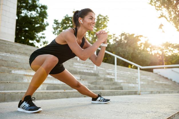 ¿Cómo aumentar tus defensas de forma natural?: retrato mujer sonriente fitness auriculares 171337 13384 - HeelEspaña