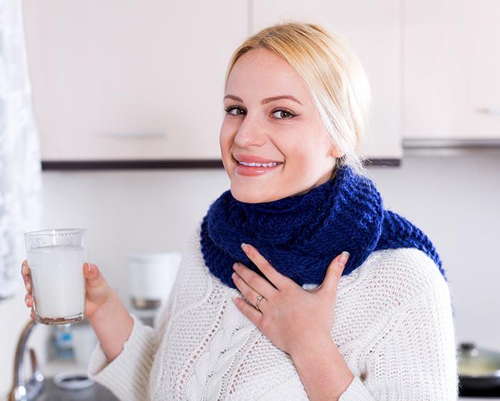 ¿Alivia hacer gárgaras para la garganta irritada?