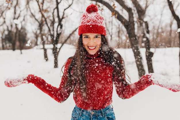 Piel seca con el frío | ¡Evita que las bajas temperaturas maltraten tu piel!: joven guantes ropa abrigo invierno - HeelEspaña