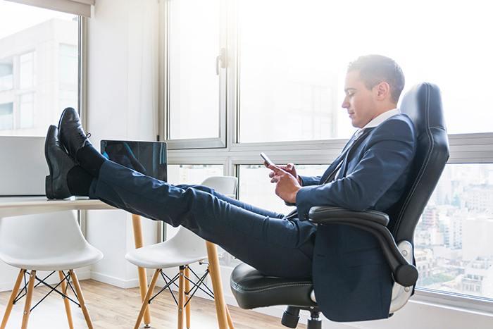¿Muchas horas sentado en la oficina? TIPs para evitar piernas cansadas: ejercicios evitar piernas cansadas - HeelEspaña